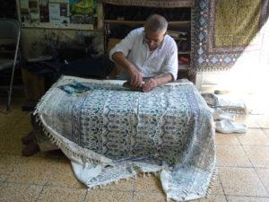 Rzemieślnik stemplujący ozdobną tkaninę