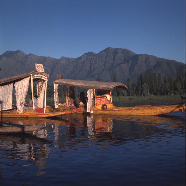 Obraz wpisu - Zdjęcie kolorowe. Dwie łodzie na spokojnej wodzie.