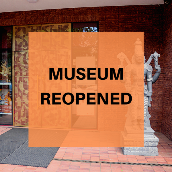 Obraz wpisu - tekst na zdjęciu drzwi muzeum: museum reopened