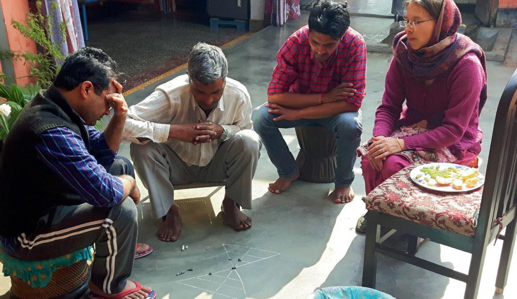 Indyjska rodzina grająca w baggi-bagga