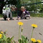 Dzieci rysujące na chodniku