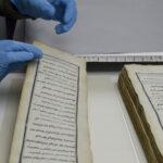 dłonie przekłądające podłużne karty manuskryptoów