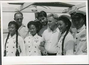 fotografia archiwalna, grupa osób na statku, w tym trzy Chinki w mundurach
