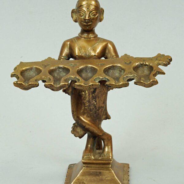 Obraz wpisu - lampa z brązu przedstawiająca postać trzymającą lampę na 5 palników