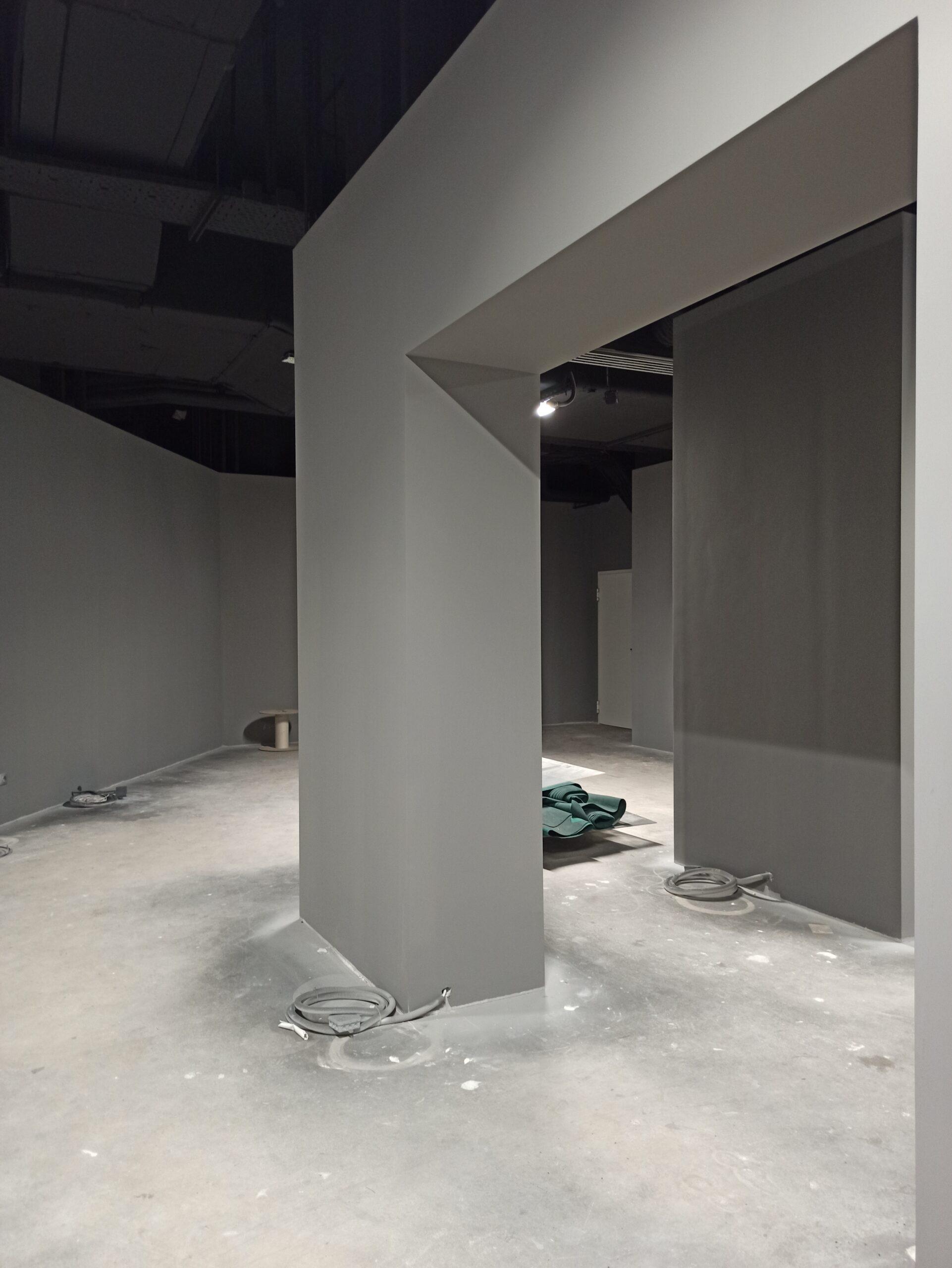 zdjęcie przedstawia puste wnętrze w stanie surowym