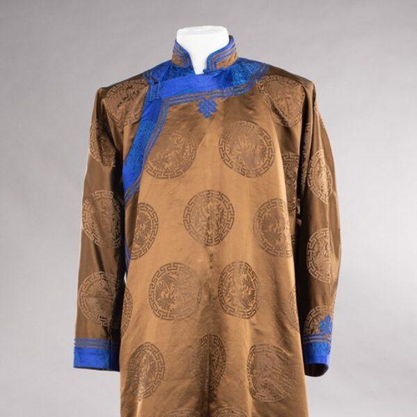 Obraz wpisu - Mongolski płaszcz od frontu, widoczny na szarym tle.