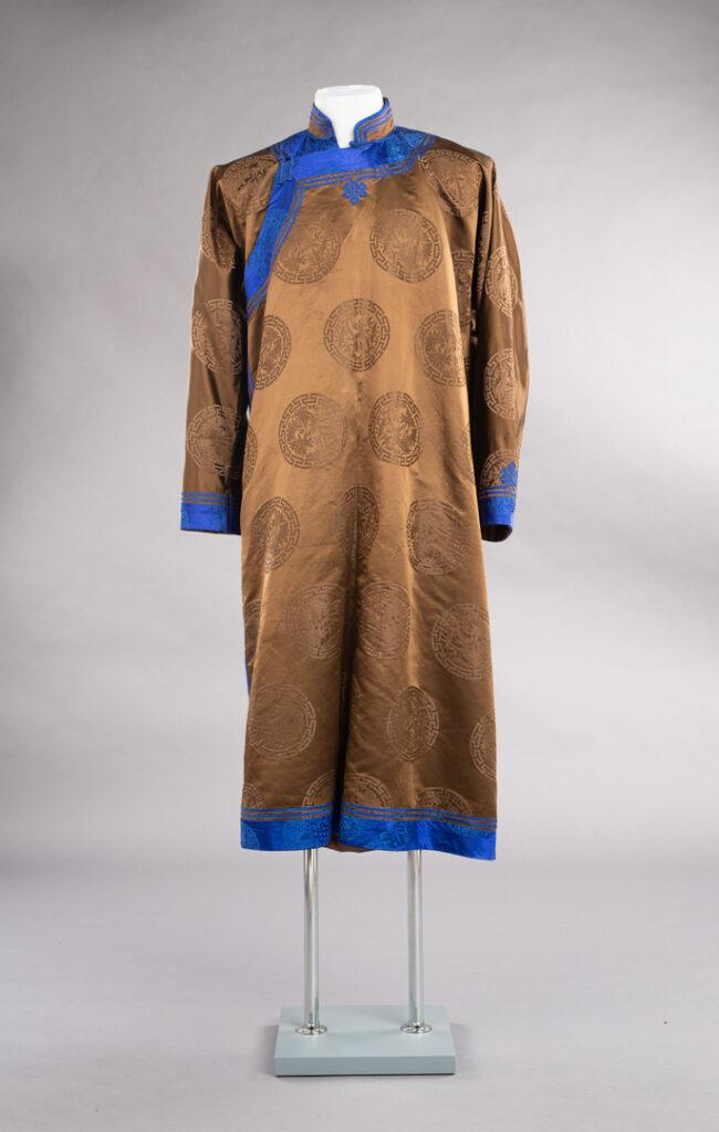 Mongolski płaszcz od frontu, widoczny na szarym tle.
