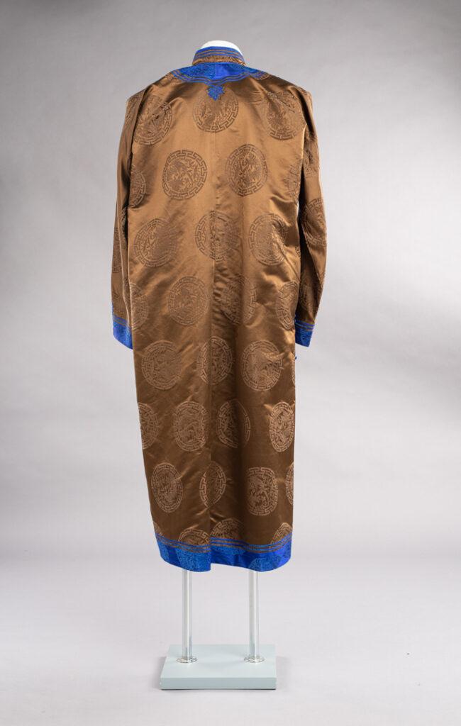 Mongolski płaszcz od tyłu, widoczny na szarym tle.