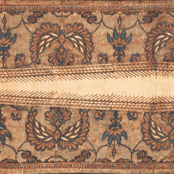 Obraz wpisu - Zbliżenie na zdobienia indonezyjskiego batiku w monochromatycznych kolorach - brązy i beże.