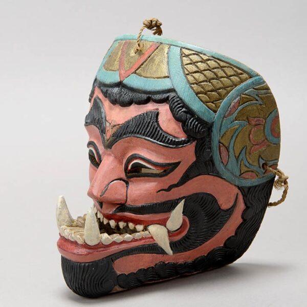 Obraz wpisu - maska z wyszczerzonymi kłami widziana z półprofilu.